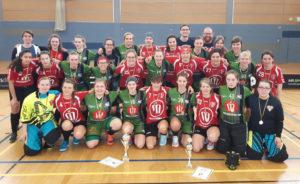 Gruppenfoto der Floorballspielerinnen aus Dresden und Berlin. Mit Medaillien und zwei Pokalen.