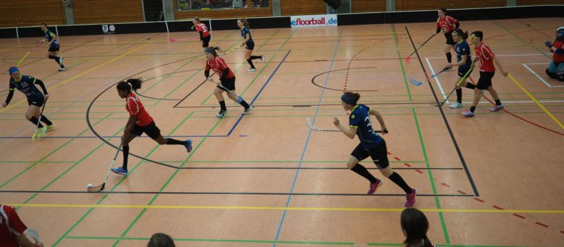 Grossfeld-Spielfeld Floorball mit Spielerinnen
